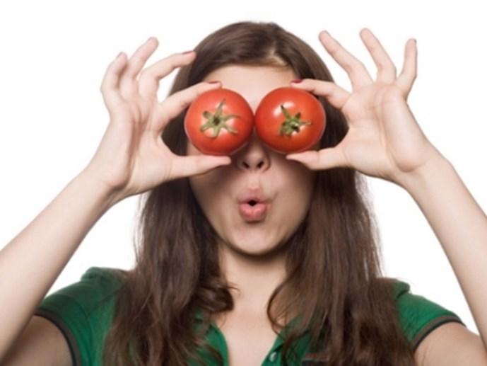 Mặt nạ xóa thâm quầng mắt bằng cà chua
