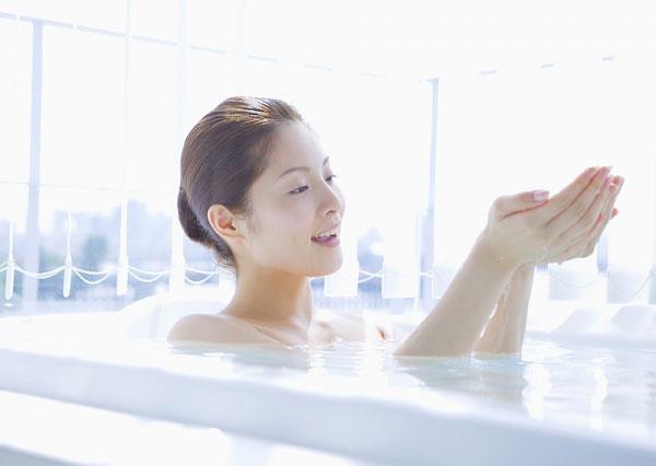 Giữ làn da sạch sẽ là bước chăm sóc da quan trọng đầu tiên