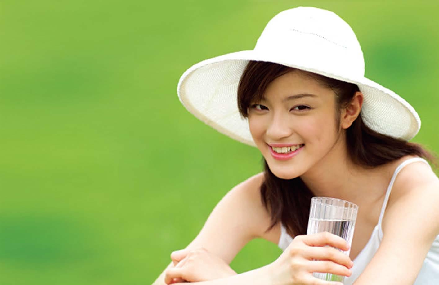 Uống đủ 2 lít nước mỗi ngày để da luôn tươi trẻ
