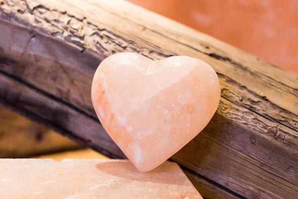 """""""Siêu phẩm"""" tẩy tế bào chết, massage body lần đầu tiên xuất hiện trên thị trường: Viên đá muối trái tim Love Stone - Hàng chỉ tặng, không bán"""